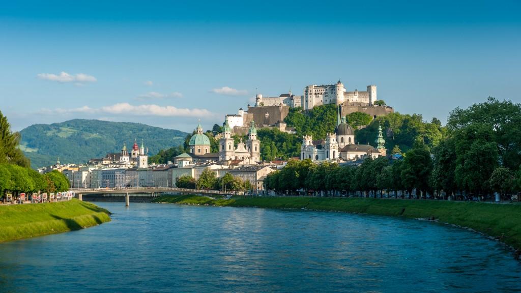 Sehenswürdigkeiten Salzburg, Blick vom Müllnersteg auf die Festung Hohensalzburg und auf die Salzburger Altstadt